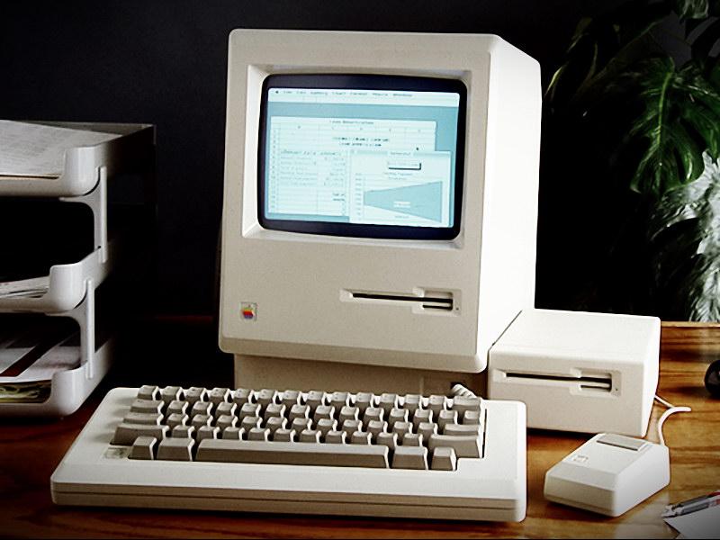 Ο Macintosh διέθετε ένα πλήρες πακέτο λογισμικού στην στάνταρ έκδοση. Από τρίτους κατασκευαστές, η πιο γνωστή σήμερα εφαρμογή λογιστικού φύλλου, Microsoft Excel, κυκλοφόρησε αρχικά σε έκδοση για Macintosh.