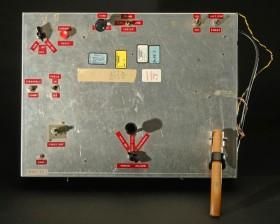 Το χερούλι στο δεξί μέρος της πρωτότυπης συσκευής του Μπάερ, της έδωσε και το όνομα Pump Unit.